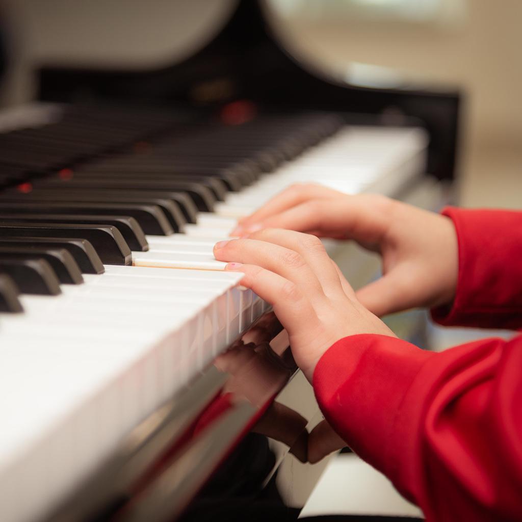 Un enfant joue du piano